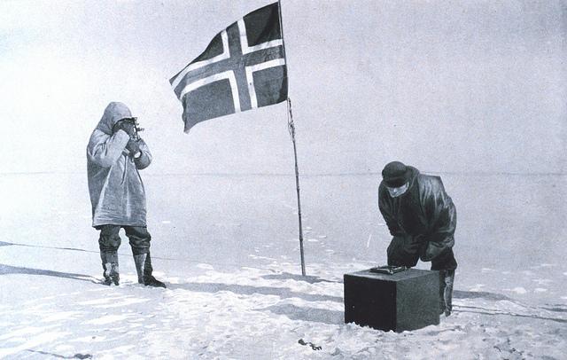 Her ser vi Amundsen mens han undersøker om det har kommet sne i hans snefelle. (foto: flickr.com/recuerdosdepandora)